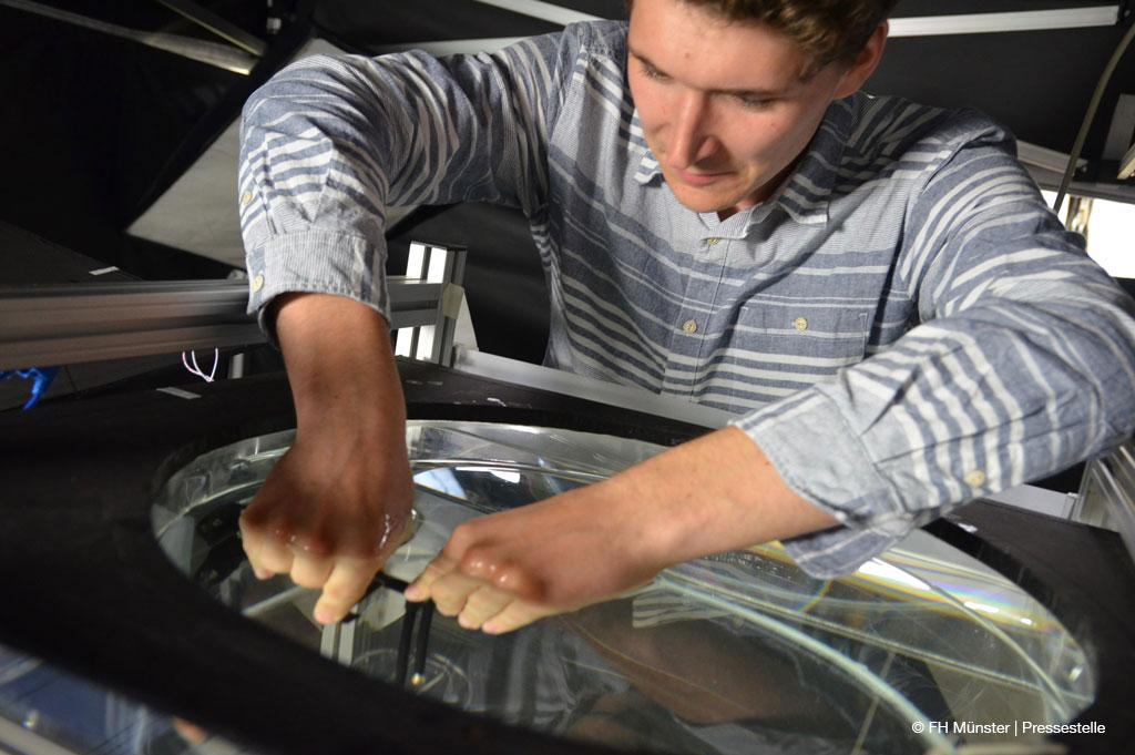 Sven Annas ändert die Position des Rührwerks im Fermenter. Gerade arbeitet er mit einer Masse, die eine kleisterähnliche Konsistenz hat (Bild: FH Münster | Pressestelle)