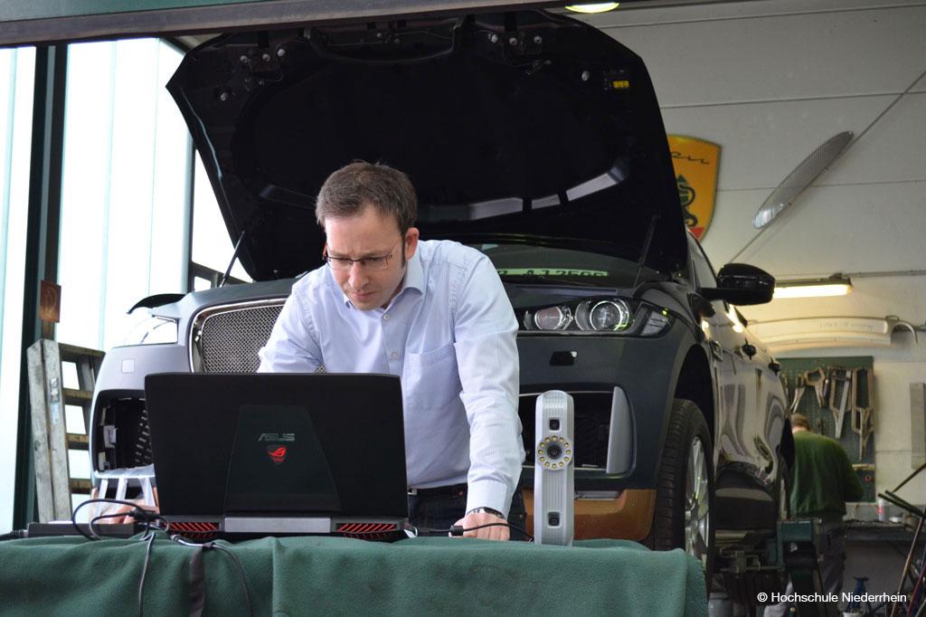 Prof. Lupa mit dem handgführten 3D-Scan (Bild: Hochschule Niederrhein)