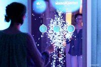 Von der Kleidung bis in die Nahrung und in den Körper, der Weg von Mikroplastik auf dem Smart Mirror erklärt (Bild: Maike Eilers)