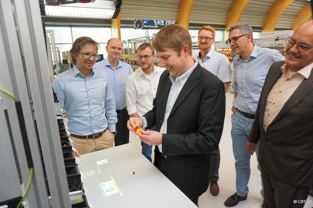 """Hochschule OWL entwickelt im Projekt """"MARI"""" Assistenzsysteme für den Mittelstand (Bild: CIIT)"""