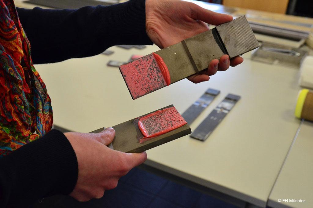 Das Bruchverhalten der Klebverbindung wird zunächst visuell begutachtet, aber auch detailliert im Rasterelektronenmikroskop.