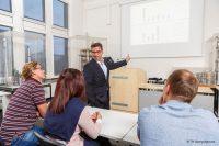 """Prof. Dr. Alfred Niski entwickelt Business-Modelle für die Industrie """"Seltene Erden"""" (Bild: TH Georg Agricola)."""