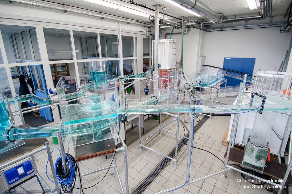 Das Labor für Hydraulik und Stadthydrologie an der FH Münster testet Glasfaserkabel im Kanalisationsmodell (Bild: Labor für Hydraulik und Stadthydrologie).