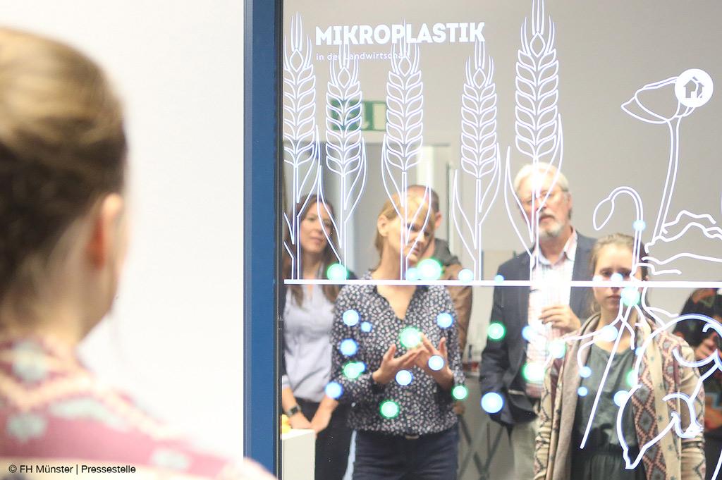 Der Spiegel zeigt die Auswirkungen von Mikroplastik-Verschmutzung der Ozeane.