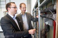 Stefan Brodale (l.) und Prof. Dr. Carsten Bäcker der FH Münster überprüfen die Warmwasserleitung zur Analyse der Keimschleuder (Bild: FH Münster | Fachbereich Energie – Gebäude – Umwelt)