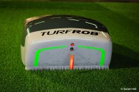 """Roboter """"TurfRob"""" der FH Dortmund reinigt und pflegt das künstliche Grün – gesteuert mit technischem FH-Knowhow (Bild: Daniel Heß)."""