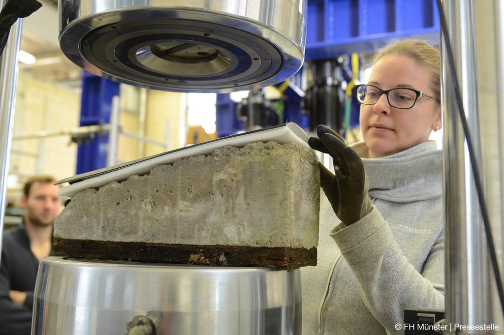Das Team der FH Münster testet die Kunststoffdichtungsbahn auf der Baustellenprobe zur Sicherung von Tunnel (Bild: FH Münster | Pressestelle).