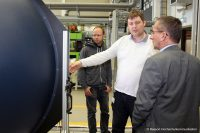 Prof. Dr. Michael Kappert begutachtet die Ulbricht-Kugel für Lichtexperimente des Forschungsschwerpunkts ITES (Bild: Ressort Hochschulkommunikation)