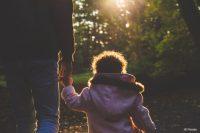 """Die KatHO NRW entwickelt """"Trampolin-Mind"""" zur Prävention von Substanzmissbrauch und psychischen Störungen bei Kindern suchtkranker Eltern (Bild: Pexels)."""