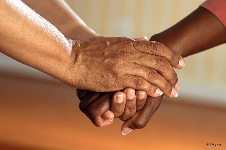 Projekt der EvH RWL untersucht, was Kommunen für pflegende Angehörige tun können (Bild: Pexels).