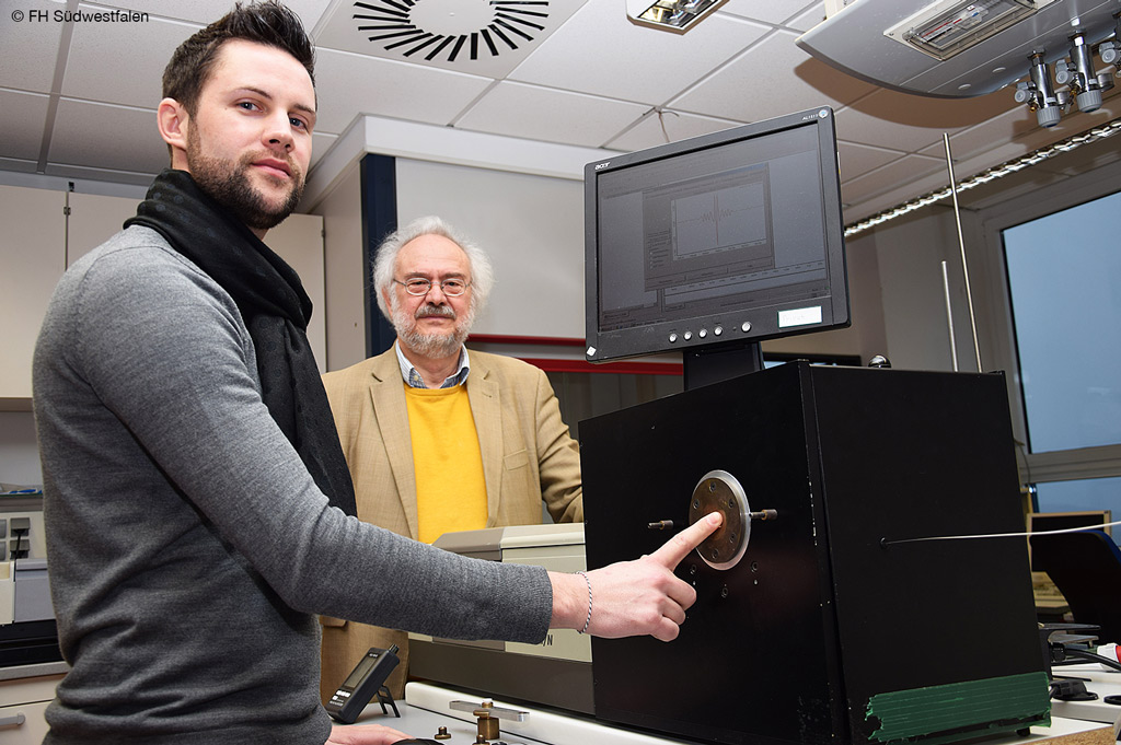 Sven Delbeck vor dem optischen Messaufbau, der die Blutzuckermessung in Zukunft nichtinvasiv gestalten soll (Bild: FH Südwestfalen).