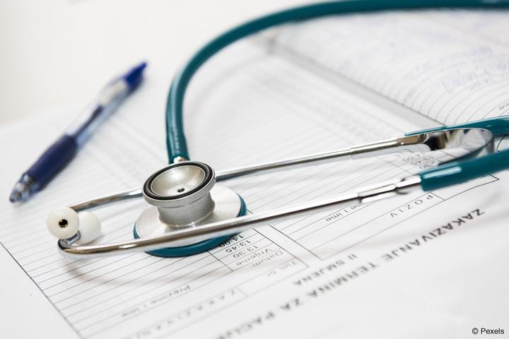 Ein Forscherteam an der Hochschule für Gesundheit (hsg) in Bochum wird die Förderfaktoren und Barrieren ermitteln, die die Evidenzbasierte Praxis in Deutschland beeinflussen (Bild: Pexels).