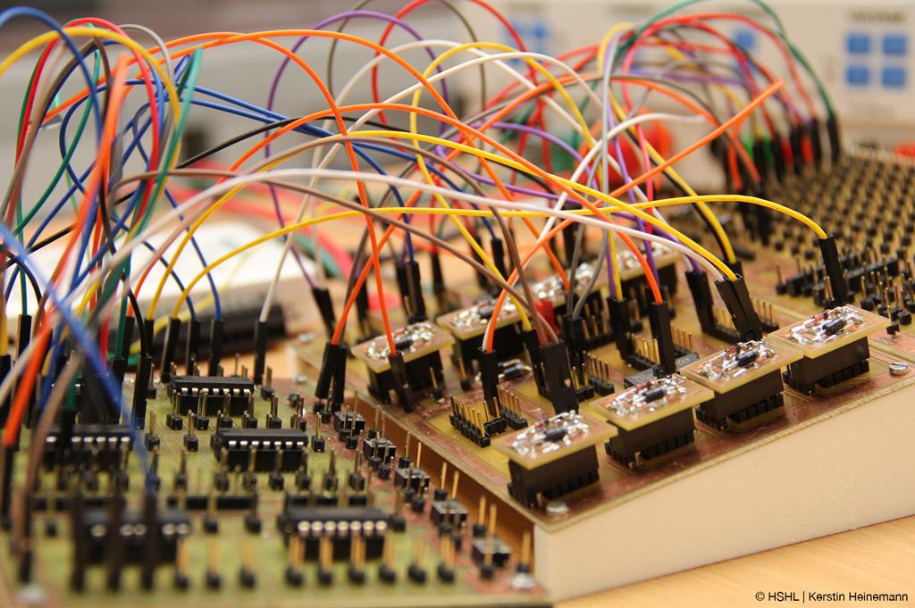 HSHL erfindet neue, flexible Testinfrastruktur für Mikrochips, die notwenig für zahlreiche technische Geräte sind (Bild: HSHL | Kerstin Heinemann).