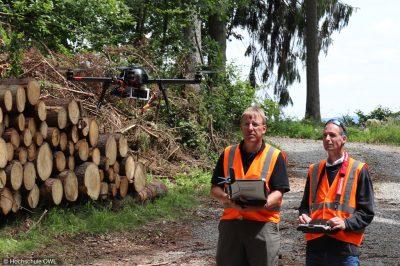 Die Gesundheit der Bäume: Professor Burkhard Wrenger (r.) und sein Mitarbeiter Carsten Langohr bei den Messungen (Bild: Hochschule OWL).