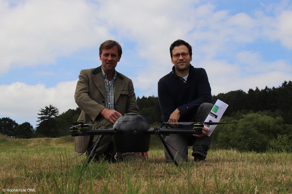 Die Gesundheit der Bäume: Auf dem Bild Wolfgang von Wolff Metternich und Constantin von Weichs, über deren Wäldern Drohnenmessungen durchgeführt werden (Bild: Hochschule OWL).