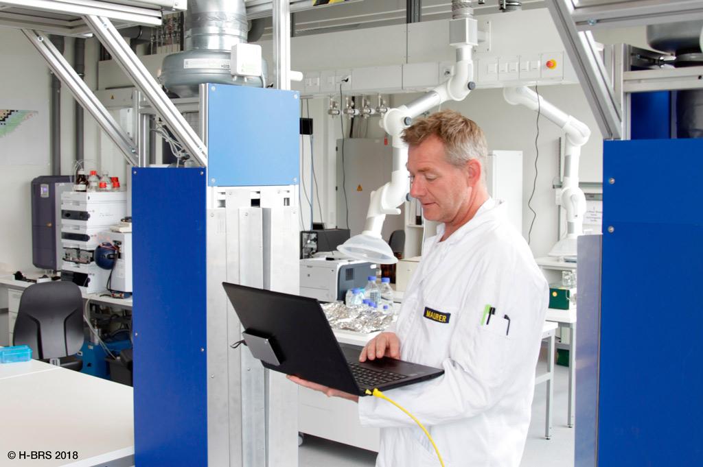 Projektleiter Stephan Maurer testet die Schleuse (Foto: H-BRS | M. Flacke).