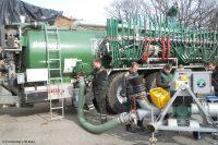 Anderes Futter - Weniger Gülle: Das Team lässt die Gülle aus dem Tank für die Analyse durch den mobilen NIRS-Sensor pumpen (Bild: FH Münster | FB EGU).