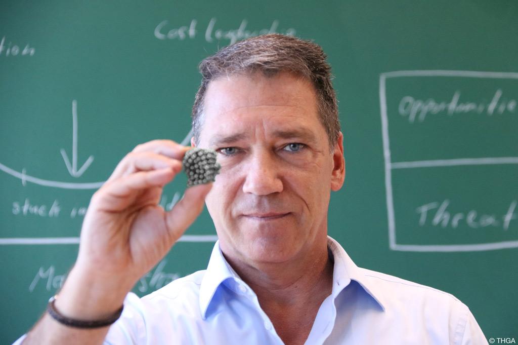 Prof. Dr. Alfred Niski von der THGA hält einen Magnet (Bild: THGA).