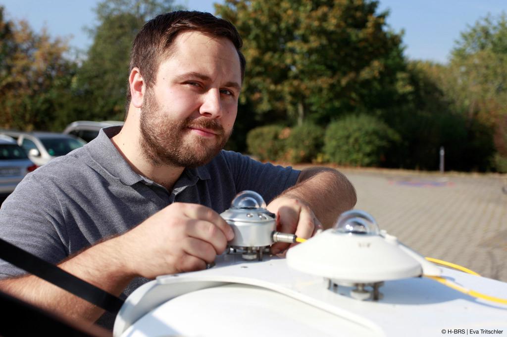 Christoph Schirrmeister, wissenschaftlicher Mitarbeiter im Projekt MetPVNet, justiert ein Pyranometer auf dem Suntracker (Bild: Eva Tritschler).