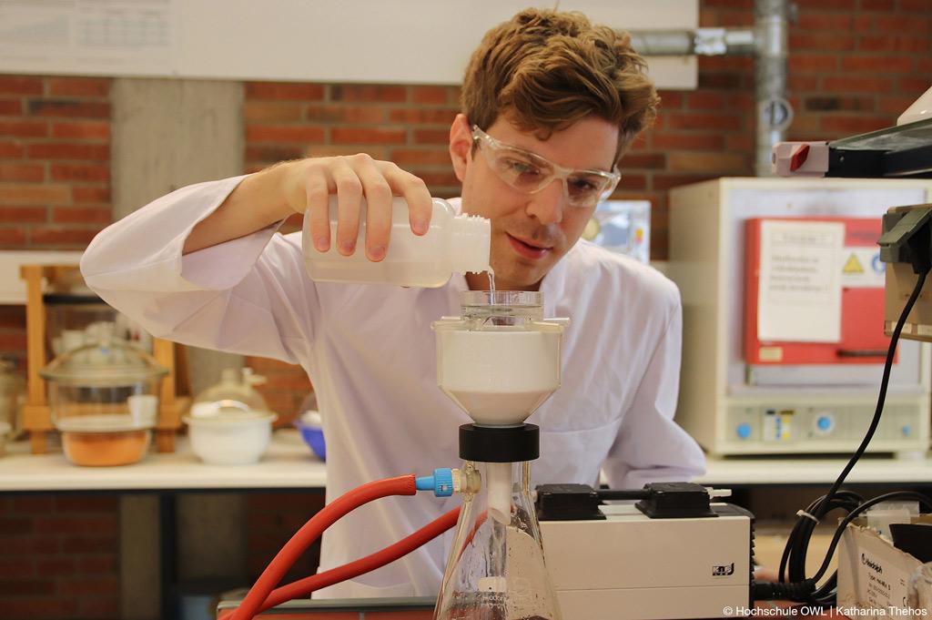 Filtration der Wasserproben im Labor: Regenwasser von Straßenschmutz befreien (Bild: Hochschule OWL | Katharina Thehos).