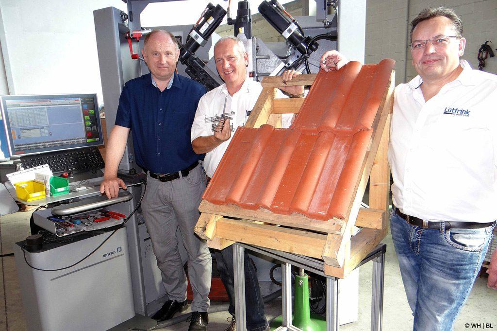 Die ideale Sturmfeder: Prof. Dr. Franz-Josef Peitzmann (l.), Karl-Hans Schröter (M.) und Diplom-Ingenieur Jürgen Lütfrink sind gemeinsam der idealen Sturmfeder auf der Spur (Bild: WH   BL).