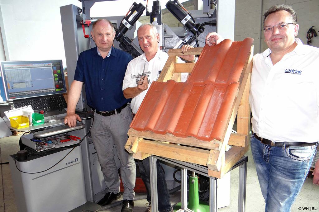 Die ideale Sturmfeder: Prof. Dr. Franz-Josef Peitzmann (l.), Karl-Hans Schröter (M.) und Diplom-Ingenieur Jürgen Lütfrink sind gemeinsam der idealen Sturmfeder auf der Spur (Bild: WH | BL).
