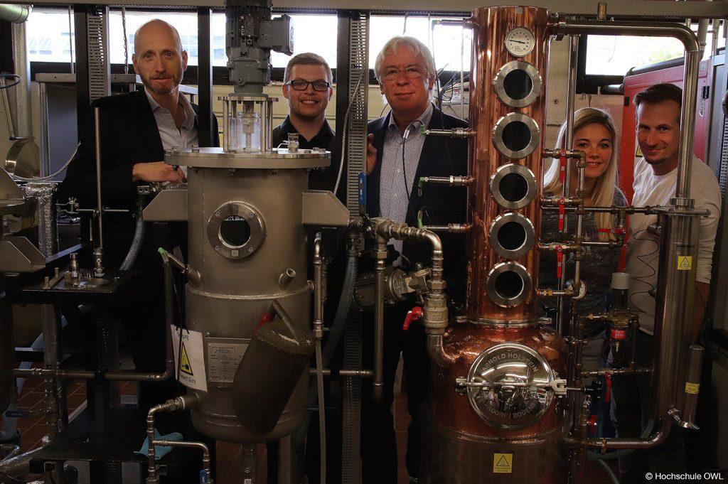 Die Energiewende vorantreiben: Von links: Professor Jan Schneider, Marc Hoffarth, Professor Klaus Heikrodt, Verena Kindsvater und Timo Broeker (Bild: Hochschule OWL).