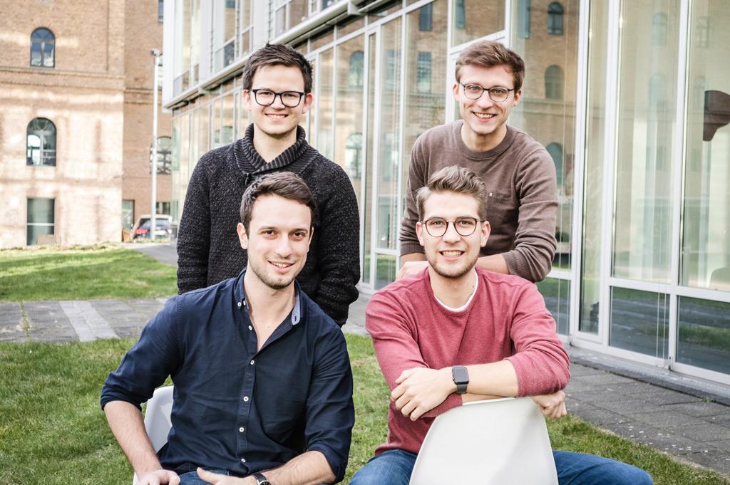 Das Team der Kartenhaus Software GmbH: v.l. (hinten): Timothy Krechel, Tim Erdmann, Benedikt Schmeitz , Matthias Sell (vorne rechts) (Bild: Kartenhaus Software GmbH).