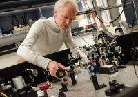Prof. Dr. Ulrich Wittrock arbeitet in seinem Photoniklabor unter anderem mit Optiken. Im neuen Optikzentrum wird er für seine Forschungen auf eine verbesserte Ausstattung und reinraumartige Bedingungen zurückgreifen können. (Bild: FH Münster | Pressestelle).