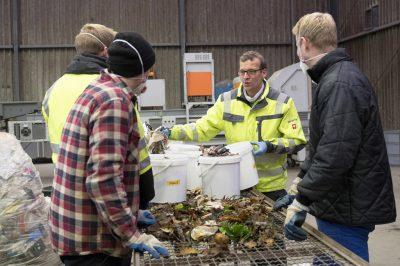 IWARU-Mitarbeiter Thomas Bohmert erklärt, was in den Biomüll gehört und was nicht (Foto: FH Münster/Pressestelle).