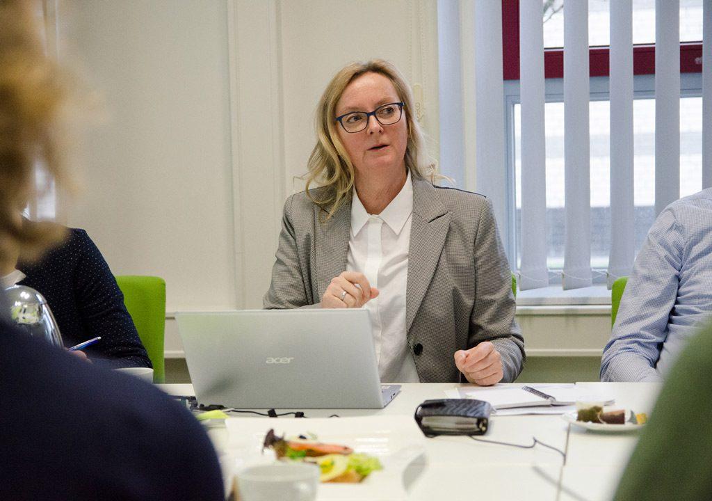 Verbesserte Krebserkennung: Dr. Karin Mittmann diskutiert mit Partnern des InMediValue-Projekts (Bild: FH Münster | Pressestelle).