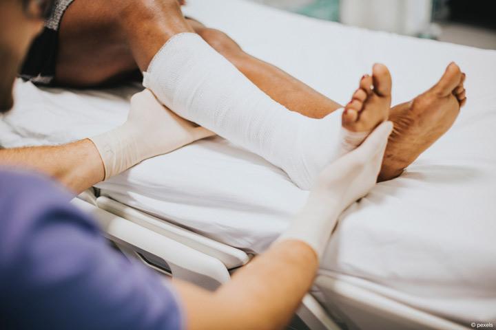 Die Hochschule Niederrhein entwickelt ein Textil mit Sensortechnik, das Patienten nach Kreuzbandriss helfen soll (Bild: Pexels).