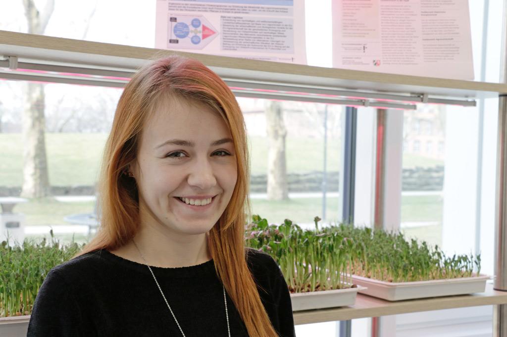 Gastforscherin Jovita Liutkutė untersucht die Lichtwirkung der speziellen LEDs auf Microgreens. (Bild:FH/Mertens)