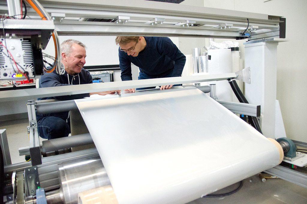 Zwei Männer vor dem Anlagensystem (Bild: FH Münster Pressestelle)