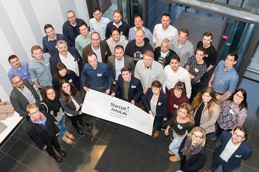 Die zwölf Gründerinnen und Gründer-Teams, die bei ihrer Geschäftsideen durch StartUP.InnoLab gefördert werden. (Bild: Marcus Heine).