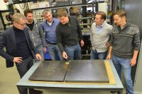 Die Experten checken die Sensorikplatte, die die Echtzeitmessung überstanden hat (v. l.): Prof. Dr. Hans-Arno Jantzen, Dennis Borgmann, Max Filor (beide trilogik), Nico Volbert, Frederik Grote (trilogik) und Marek Kapitz.