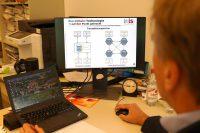 Professor Pohlmann arbeitet an einer Blockchain-Präsentation im Institut für Internet-Sicherheit an einem Laptop und PC. (Bild: WH/JM)