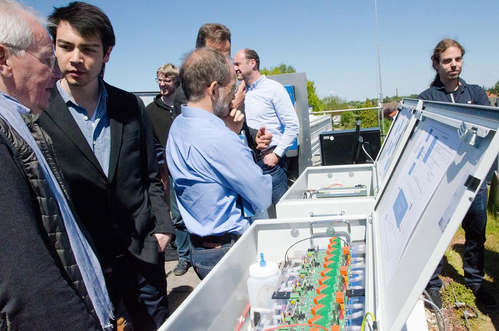 Bei einer kleinen Feier auf dem Campusdach konnten Unternehmens- und Hochschulmitarbeiter sowie Studierende den Speicher erstmals inspizieren. (Foto: FH Münster/Pressestelle)