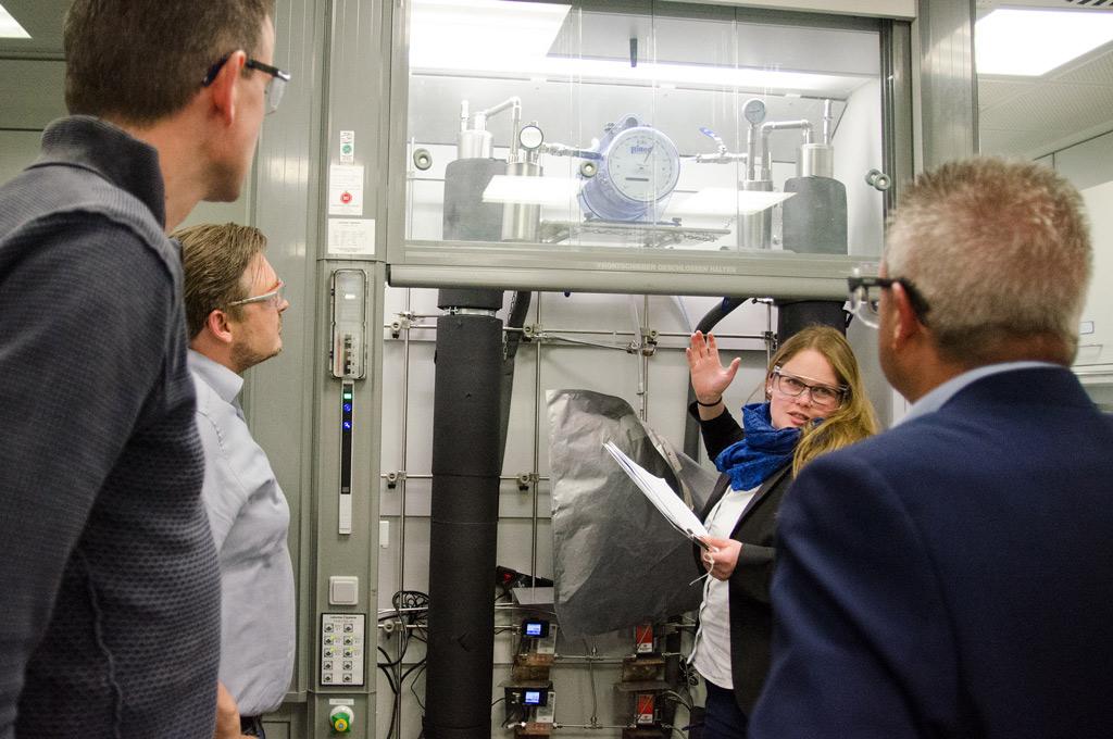 Marion Schomaker zeigt und erklärt Projektpartnern den Vorgang. (Bild: FH Münster | Theresa Gerks)
