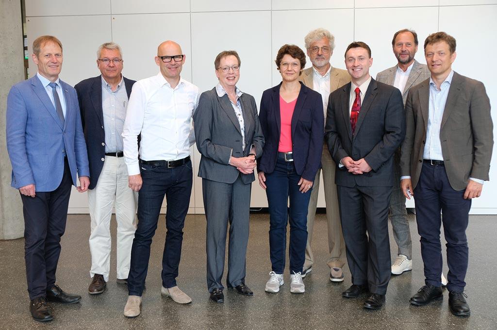 Projektpartner (v.l.): Prorektor Prof. Dr. Reinhold Decker (Uni Bielefeld), Prof. Dr. Andreas Hütten (Sprecher CiMT Uni Bielefeld), Michael Klein (CNC Speedform AG), Regierungspräsidentin Marianne Thomann-Stahl, Prof. Dr. Sonja Schöning (Sprecherin CiMT FH Bielefeld), Vizepräsident Prof. Dr. Friedrich Biegler-König (FH Bielefeld), Prof. Dr. Sebastian Oßwald (Miele & Cie. KG), Dekan Prof. Dr. Lothar Budde (FH Bielefeld) und Volker Andresen (LaVision Biotec)