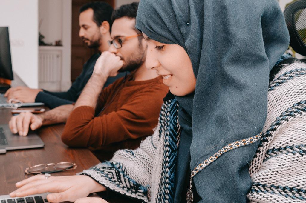 Dargestellt sind Mitwirkende am Campus in Tunis. Das Startup wurde von Studierenden der TH Köln gegründet. (Bild: Think-it)