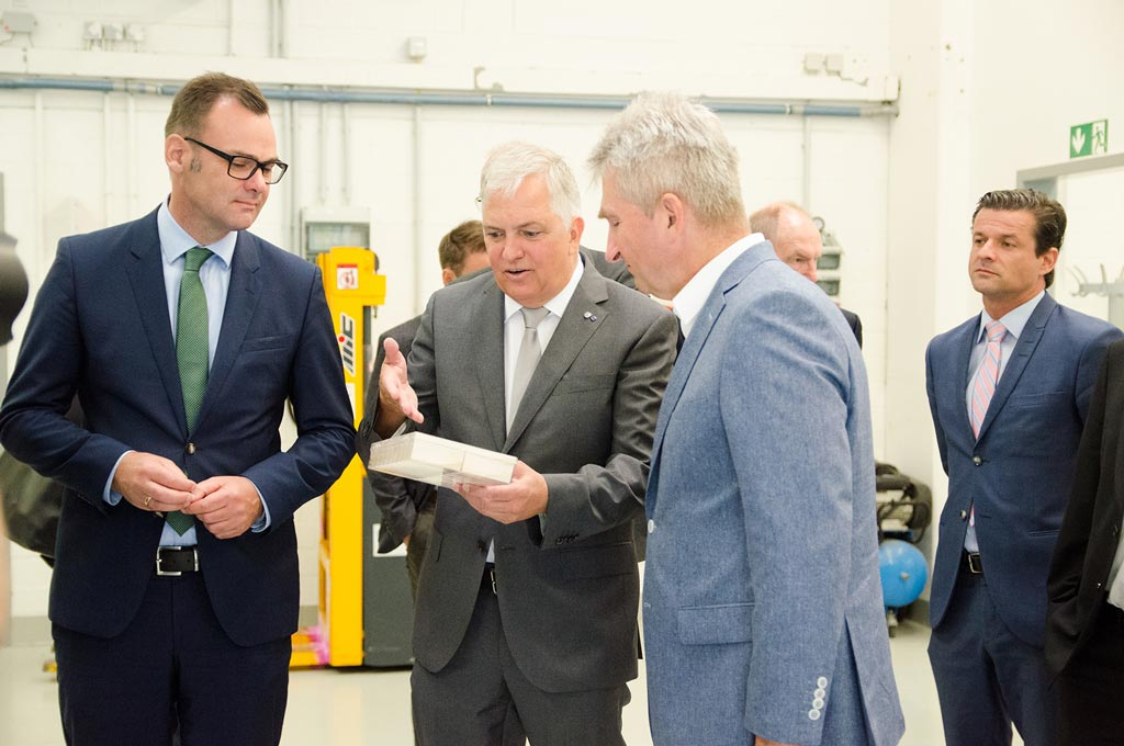 Prof. Dr. Christof Wetter erklärt NRW-Wirtschaftsminister Prof. Dr. Andreas Pinkwart und Gelsenwasser-Vorstandsvorsitzenden Henning Deters die Energiepotenziale von verschiedenen Substraten, die sich für die Gewinnung von Biogas eignen. (Foto: FH Münster/Theresa Gerks)