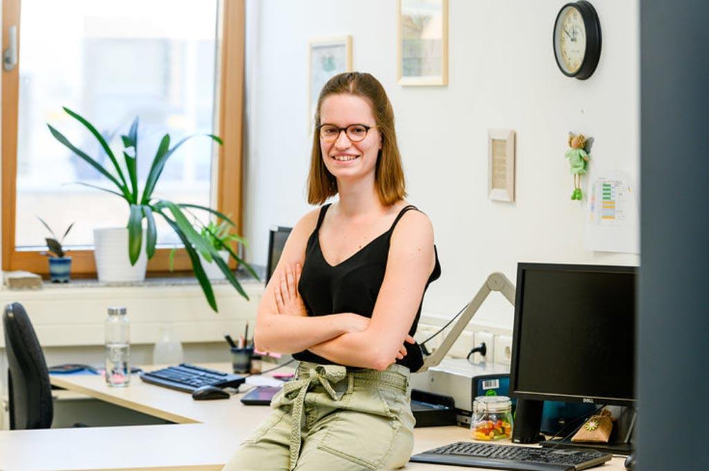 Projektmitarbeiterin Martina Thume in ihrem Büro.