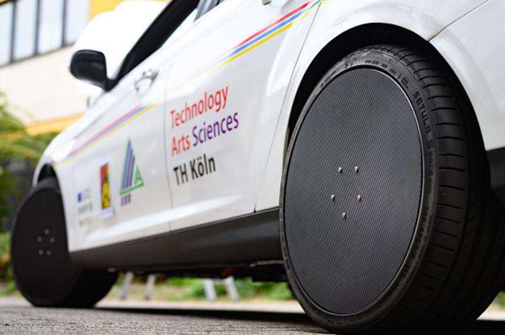 Testauto, das mit der Leistungselektronik in den Rädern verbaut ist. Die Elektromotoren sind samt der Leistungselektronik in den Rädern verbaut. (Bild: Costa Belibasakis/TH Köln)