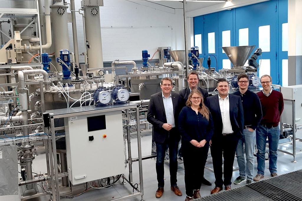 Die zweistraßige Biogasanlage für die ersten Versuche sind da, jetzt kann BioReSt starten: Das Projektteam mit (v.l.) Jens Petermann, Benedikt Baackmann, Marion Schomaker, Dr.-Ing. Elmar Brügging, Tobias Weide und Dr. Daniel Baumkötter. (Bild: FH Münster/Marion Schomaker)