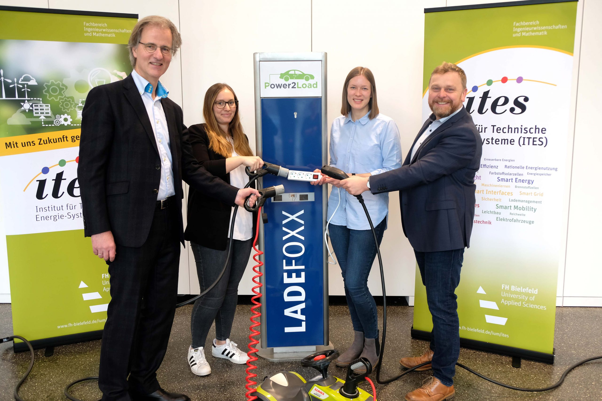 Die Projektpartner von Power2Load: Dr. Peter Westerbarkey (Westaflex GmbH), Julia Eberharter (Archimedes Technik GmbH), Katrin Schulte (FH Bielefeld) und Prof. Dr.-Ing. Jens Haubrock (FH Bielefeld) (v.l.n.r.).