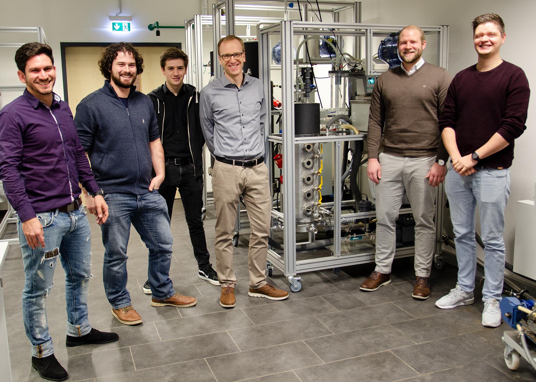 Das BioSmart-Team am Hochlastreaktor im Labor (v.l.): Roberto Hernández Regalado (FH Münster), Jeroen Terwort (PlanET), Jure Häner, Dr. Daniel Baumkötter, Lukas Wettwer und Tobias Weide (alle FH Münster).