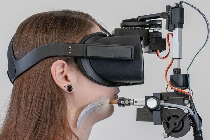 Versuchsanordnung im Projekt FaceHaptics: mit haptischen Reizen das Erleben virtueller Realität steigern.