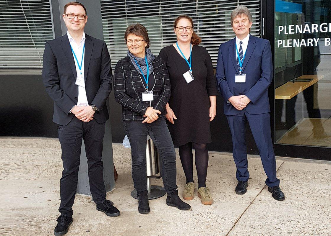 Matthias Joswig (RUB), Martina Kunzendorf (hsg Bochum), Prof. Dr. Annette Bernloehr (hsg Bochum) und Prof. Dr. med. Thorsten Schäfer (RUB) vor dem ehemaligen Plenarsaal des Deutschen Bundestages in Bonn.