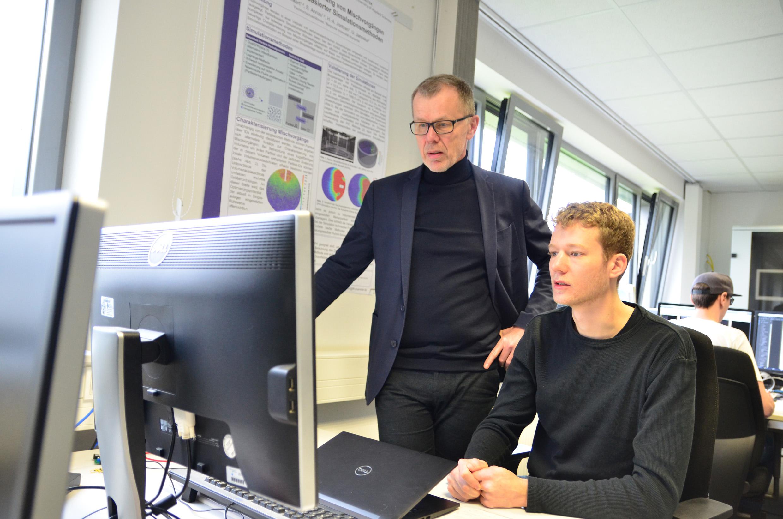 Prof. Dr. Hans-Arno Jantzen und Lukas Weber arbeiten gemeinsam an der Gipsplattentrocknung. (Bild: FH Münster | Theresa Gerks).